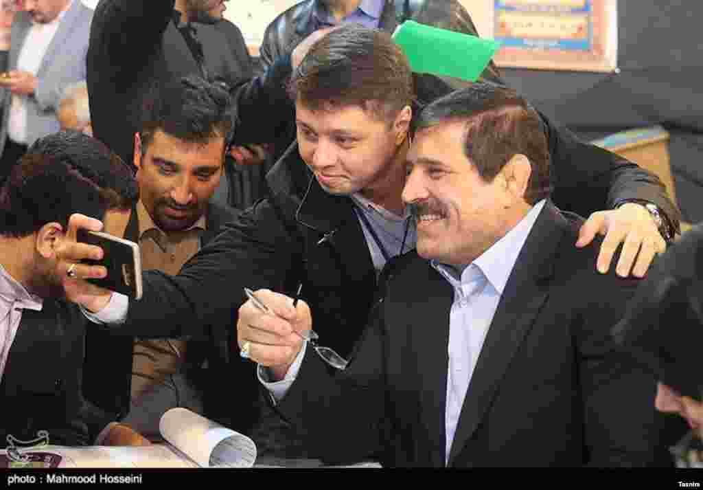 ششمین روز ثبت نام انتخابات شورای شهر تهران با حضور عباس جدیدی. عکس: محمود حسینی