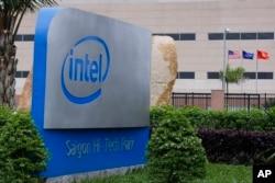 ປ້າຍສັນຍາລັກ ຂອງບໍລິສັດ Intel Corp. ຕິດຕັງຂຶ້ນ ຢູ່ທີ່ສະຖານທີ່ປະກອບ ແລະ ກວດສອບ ຢູ່ທີ່ Saigon High Tech Park, ໃນນະຄອນ Ho Chi Minh, ຫວຽດນາມ.