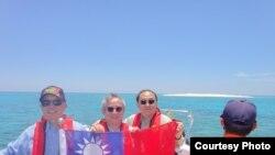 从左至右:立委:陈镇湘,林郁方,詹凯臣在南沙群岛的太平岛宣示主权