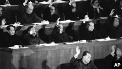 1981年12月13日,中國人大會議上,中國領導人表決通過趙紫陽(第一排左)總理的經濟工作報告。第二排左起:胡耀邦、鄧小平、李先念、陳雲、華國鋒。