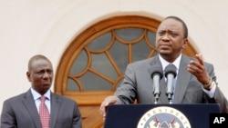 Rais wa Kenya, Uhuru Kenyatta (R) na Naibu Rais William Ruto.