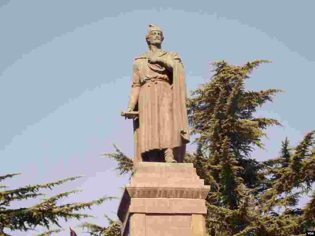 Памятник Шоте Руставели