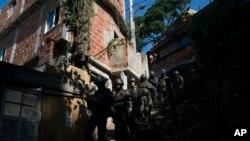 Soldados patrullan la barriada Chapeu Mangueira de Río de Janeiro, Brasil, el jueves 21 de junio de 2018. Casi 2.000 soldados participaron en una operación sorpresa como parte de acciones de seguridad lideradas por la intervención militar de Río de Janeiro. (AP Photo / Leo Correa)