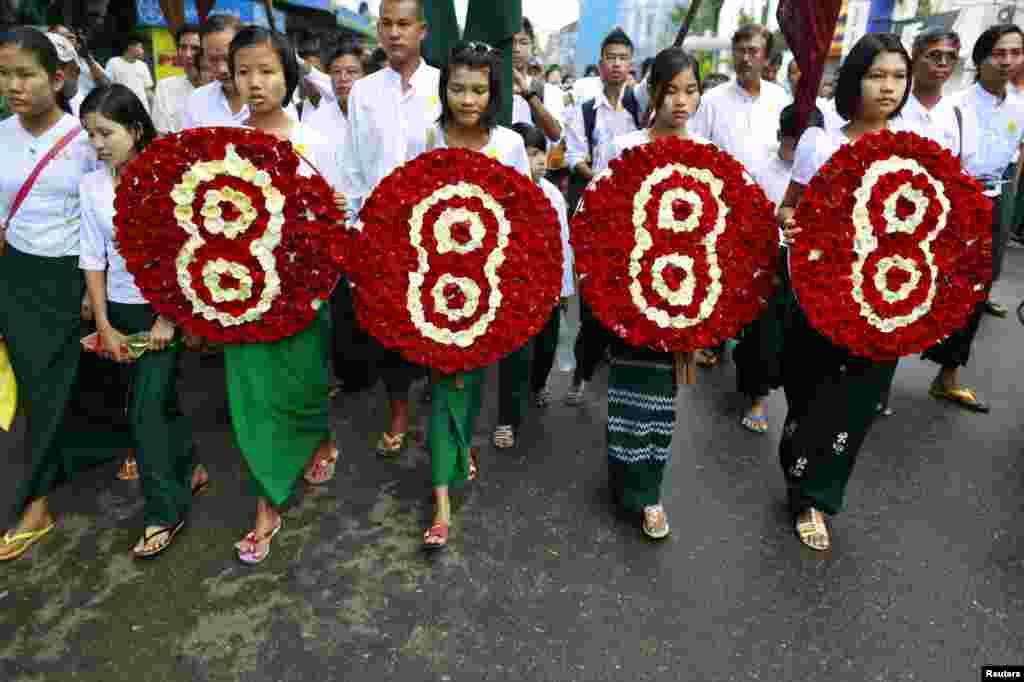 """Sinh viên học sinh Miến Điện tại Rangoon cầm 4 vòng hoa tuần hành đánh dấu kỷ niệm 25 năm cuộc nổi dậy đòi dân chủ, còn được gọi là """"8888"""" . Hàng ngàn người gồm sinh viên và sư sãi đã bị giết hoặc bị thương trong cuộc đàn áp ngày 8 tháng 8 năm 1988."""