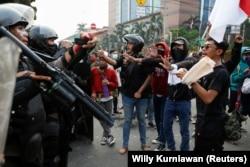 Para pengunjuk rasa berdebat dengan petugas polisi saat melakukan protes terhadap UU Cipta Kerja yang kontroversial di Jakarta, 8 Oktober 2020. (Foto: REUTERS/Willy Kurniawan)