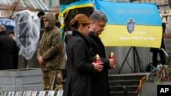 Петр Порошенко вместе с супругой Марией почтили память погибших участников революции Достоинства