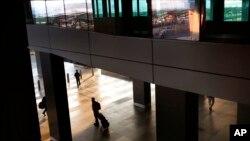 19일 인도 뉴델리의 국제 공항 내부. 인도 보건부는 서아프리카 라이베리아에서 근무했던 26살의 자국 남성이 정액 검사에서 에볼라 바이러스 양성 반응을 보여 뉴델리 공항 내 보건시설에 격리 중이라고 밝혔다.
