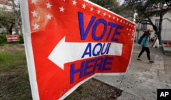 6일 텍사스주 오스틴 소재 텍사스대학교에 프라이머리 선거 투표소로 안내하는 표지판이 세워져 있다.