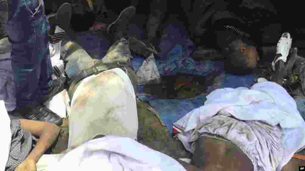 Les cadavres après le festival religieux laïcs à Bishoftu, en Ethiopie, le 2 octobre 2016.
