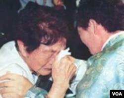 Keluarga Korea Utara dan Korea Selatan dipertemukan saat reuni.