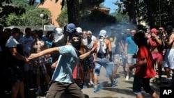 Demonstranti napadaju gej aktiviste za vreme prve parade ponosa u Crnoj Gori, 24. jula 2013.