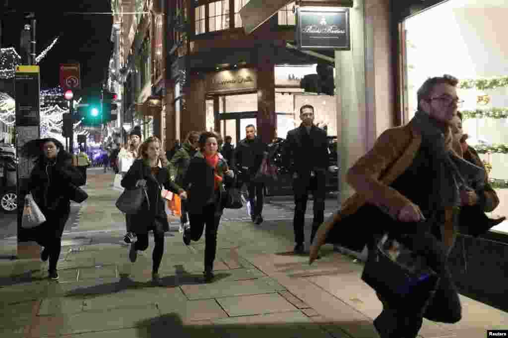 Oxford Caddesi'nde insanlar kaçışıyor.