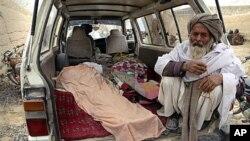 Một người Afghanistan ngồi trong chiếc xe tải chở thi thể 1 người bị quân nhân Mỹ bắn chết ở Panjwai, tỉnh Kandahar, Afghanistan, 11/3/2012