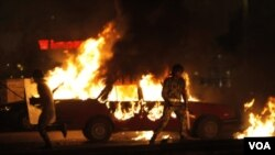 Warga Kristen Koptik Mesir membakar mobil-mobil warga dalam unjuk rasa untuk memprotes pembakaran gereja di Kairo (9/10).