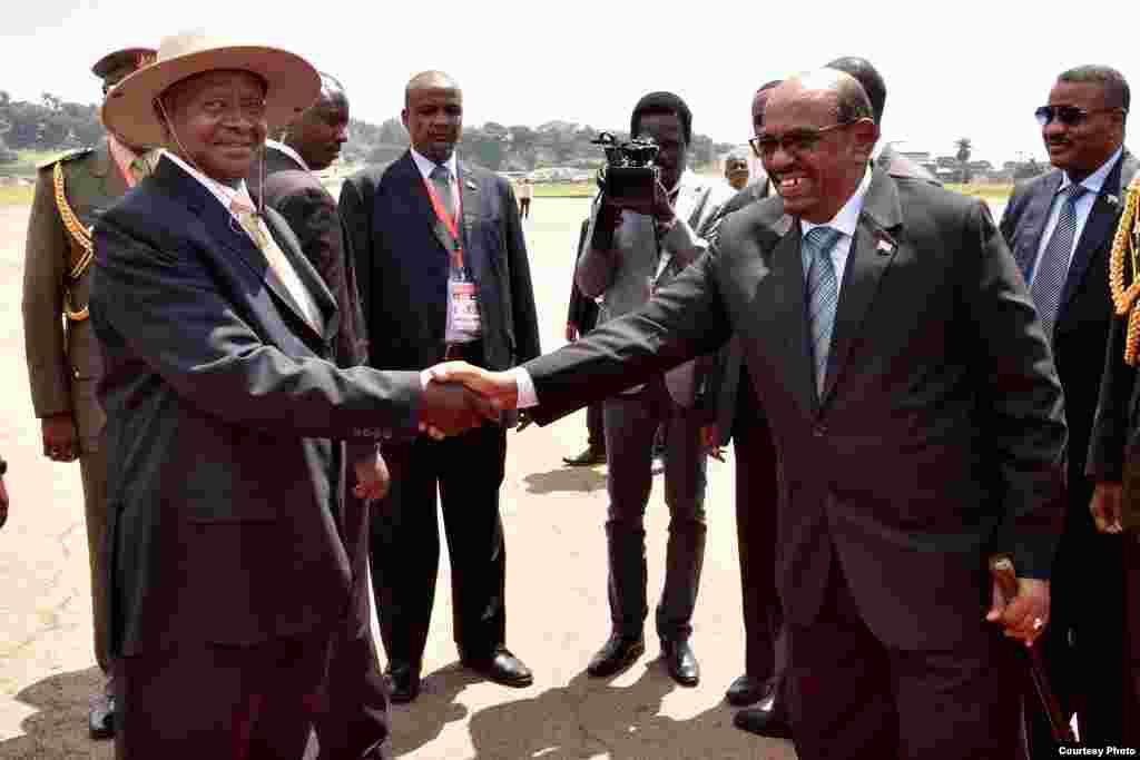 Rais Museveni akimsalimia Bashir alipowasili Entebee, Uganda