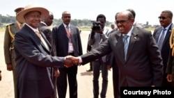 Serokê Uganda Museveni û Beşîr li Entebee, Uganda (Arşîv)