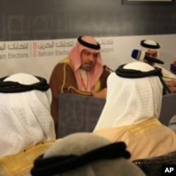 Shaikh Khalid bin Ali Al Khalifa explaining election procedures, 22 Oct 2010