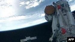 Hai phi hành gia Ken Ham và Tony Antonelli hôm nay đã dùng cánh tay robot của phi thuyền để đưa phòng thí nghiệm dài 6 mét từ phi thuyền để chuyển sang cánh tay robot của Trạm không gian