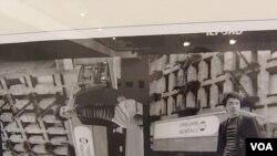 4月份在莫斯科的艾未未攝影展。展出的照片由艾未未當年在美國居住時拍攝。(美國之音白樺拍攝)