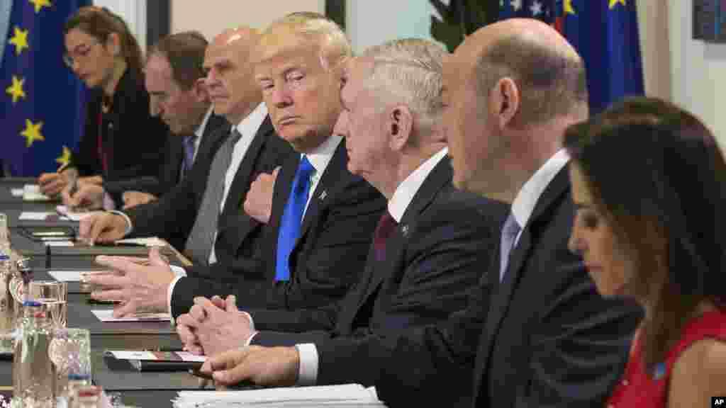 Le président américain Donald Trump, et le secrétaire à la Défense des États-Unis James Mattis, assistent à une réunion avec les dirigeants de l'UE, à Bruxelles, Belgique, le 25 mai 2017.
