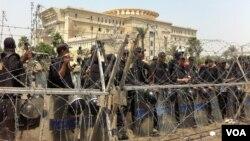 審議是否容許埃及前官員參選總統的憲法法院外面