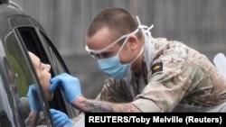 Testiranje na koronavirus u Londonu u Velikoj Britaniji (Foto: Reuters/Toby Melville)