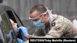 На фото: військових проводить тест на коронавірус у штаті Вашингтон.