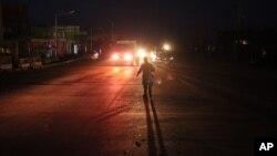 1일 아프가니스탄 수도 카불 공항 인근에서 자살폭탄공격이 발생한 가운데, 경찰이 현장으로 향하는 도로를 통제하고 있다.
