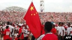 Les partisans du parti de l'APC (All People's Congress) en Sierra Leone brandissent un drapeau chinois lors d'un rassemblement au Stade national de Freetown le 28 février 2018