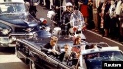 Tư liệu - Xe chở Tổng thống John F. Kennedy và đệ nhất phu nhân, cùng Thống đốc bang Texas John Connally, đi qua thành phố Dallas không lâu trước khi ông Kennedy bị ám sát, ngày 22 tháng 11, 1963.