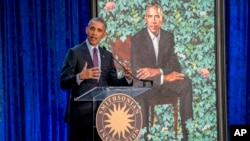 Durante la ceremonia de presentación el ex presidente Barack Obama ofreció un discurso. Los retratos se instalarán oficialmente y estarán disponibles para su exhibición pública a partir del 13 de febrero.