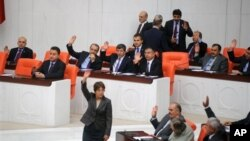 4일 터키 의회에서 시리아에 대한 군사 작전을 승인하는 의원들.
