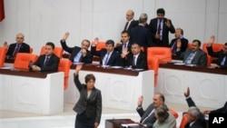 Парламент Турции одобрил боевые операции против Сирии. Анкара. 4 октября 2012 г.