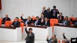 Suriya hujumi Turkiya parlamenti muhokamasida
