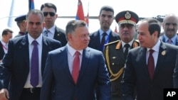 Egyptian President Abdel Fattah al-Sisi, right, greets Jordan's King Abdullah II on his arrival to attend an Arab summit, in Sharm el-Sheikh, South Sinai, Egypt, March 28, 2015.