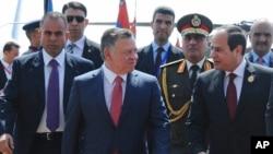 埃及總統塞西(右)歡迎約旦國王阿卜杜拉二世抵達埃及,參加在沙姆沙伊赫舉行的阿盟峰會(2015年3月28日)
