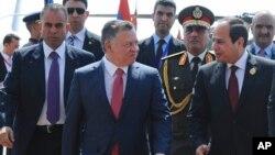 Presiden Mesir Abdel Fattah el-Sisi, menyambut Raja Yordania Abdullah dalam pertemuan Liga Arab di Sharm el-Sheikh, Mesir (28/3). El-Sisi mendukung pembentukan kekuatan militer bersama Liga Arab.