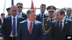 埃及总统塞西(右)欢迎约旦国王阿卜杜拉二世抵达埃及,参加在沙姆沙伊赫举行的阿盟峰会(2015年3月28日)