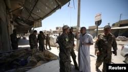 2017年5月12日,敘利亞民主軍戰鬥人員在本周從伊斯蘭國手中奪回的敘利亞城鎮塔布卡集結。