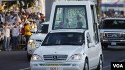 El Papa Benedicto XVI fue ovacionado por una multitud en su trayecto hasta la ciudad de León.