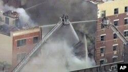 12일 오전 미국 뉴욕시에서 발생한 폭발 현장에서 검은 연기가 피어오르고 있다. 이 날 폭발로 건물 2채가 붕괴됐다. TV 촬영 화면.