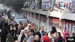 Antrian Warga Mesir menunggu giliran memilih di sebuah TPS di wilayah Giza, Mesir (14/12).