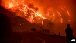 Kebakaran Thomas membara di Hutan Nasional Los Padres dekat Ojai, California, 8 Desember 2017.