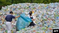 Волонтери сортують пластикові пляшки, липень 2018 року, Тайпей