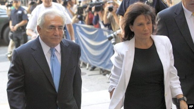 Former IMF chief Dominique Strauss-Kahn (L) and his wife Anne Sinclair arrive for a hearing at the New York State Supreme Courthouse in New York July 1, 2011.