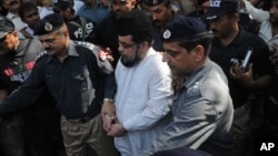 Pakistani cleric Mufti Abdul Qawi, center, who was arrested for his alleged involvement in the murder of social media model Qandeel Baloch, arrives to a court in Multan, Oct. 19, 2017.