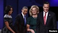Dari kiri ke kanan, Ibu Negara Michelle Obama, Presiden Obama, Ann Romney dan Mitt Romney, usai debat ketiga dan terakhir, Senin (22/10).