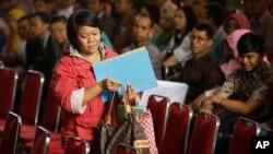 Seorang perempuan mendafar dalam program pengampunan pajak di Jakarta, 29 September 2016 lalu (foto: ilustrasi).