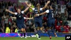 Las estadounidenses Abby Wambach, Alex Morgan y Syndey Leroux celebran el gol del triunfo en tiempo extra, durante el juego de la semifinal en que Estados Unidos ganó a Canadá 4-3.