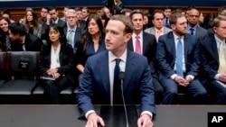 Giám đốc Điều hành Facebook Mark Zuckerberg đến điều trần trước Ủy ban Năng lượng và Thương mại Hạ viện trong Điện Capitol ở Washington, ngày 11 tháng 4, 2018.